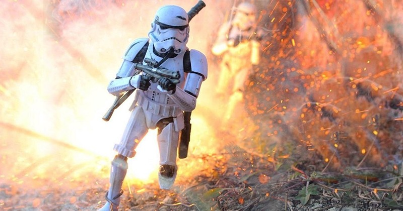Ce photographe fait des mises en scène explosives avec des figurines de la pop culture