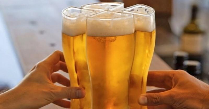 Ce verre a été conçu pour transporter quatre bières en même temps