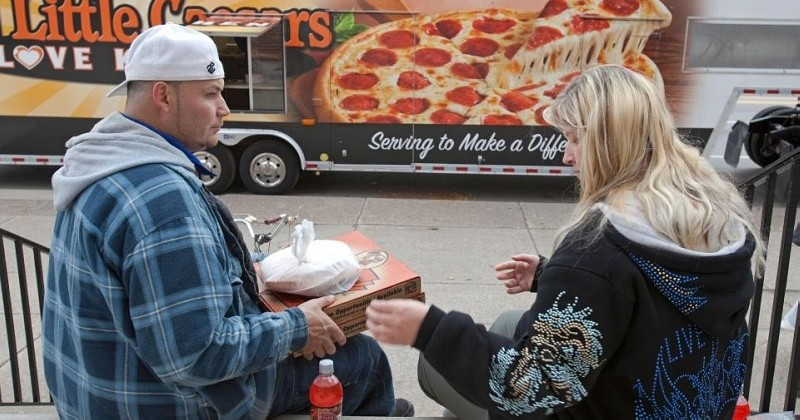 Une pizzeria colle une pancarte touchante sur sa porte à destination des sans-abri du quartier