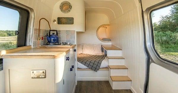 Cet ingénieur a transformé ce van en une véritable maison roulante pour sa famille, et il vous explique comment il a fait