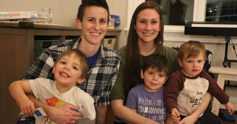 Un couple de lesbiennes adopte trois frères de moins de 4 ans pour qu'ils puissent grandir ensemble