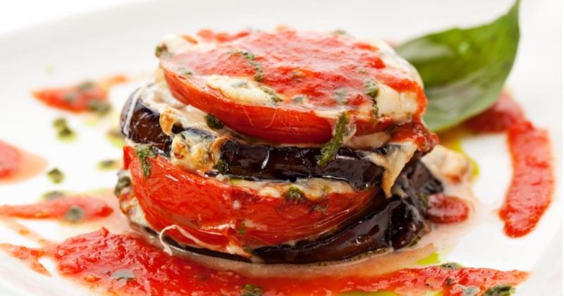 aubergines grillées à la tomate et à la mozzarella fondue