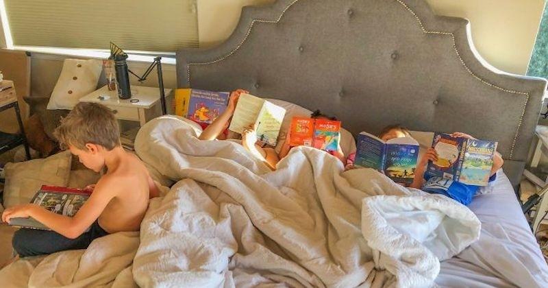 Une mère américaine interdit les écrans à ses enfants, elle les découvres tous un livre à la main