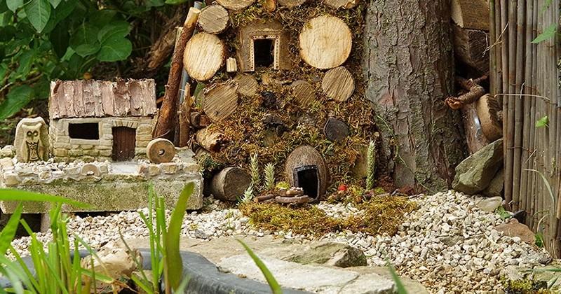 Un homme construit un village miniature dans son jardin pour une famille de souris