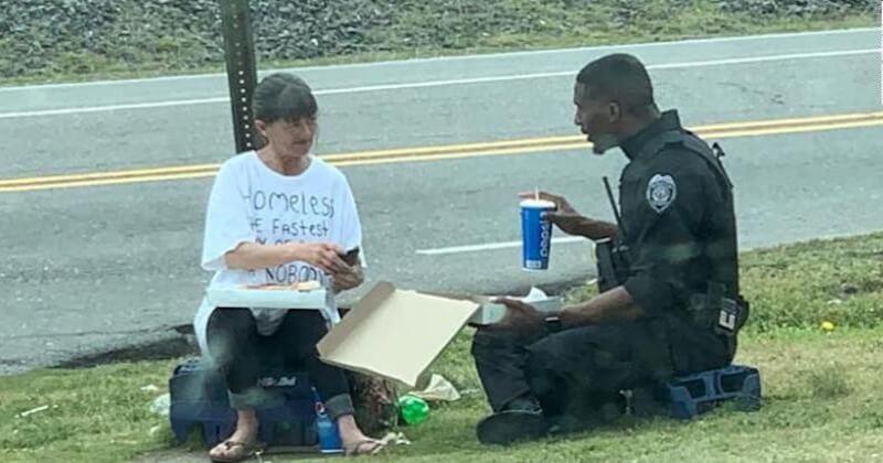 Touché par la situation d'une femme sans-abri, un policier décide de partager son repas avec elle