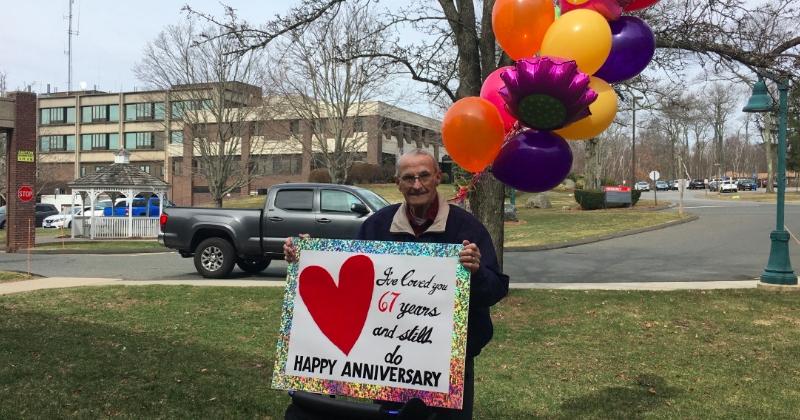 Un homme dont l'épouse est cloîtrée dans une maison de retraite a trouvé une idée géniale et romantique pour célébrer leur 67ème anniversaire de mariage