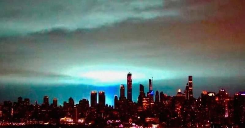Dans le ciel de New York, ces étranges lumières bleues ont affolé les habitants