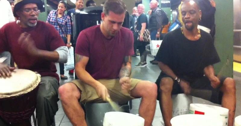Tyler Moellmann se joint à des musiciens dans le métro et improvise un concert