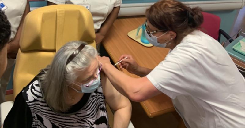 «Mauricette», 78 ans, est la première personne vaccinée en France