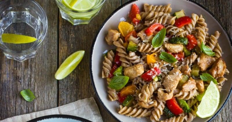Apprenez à réaliser une salade de pâtes au poulet qui vous accompagnera pour tous vos pique-niques