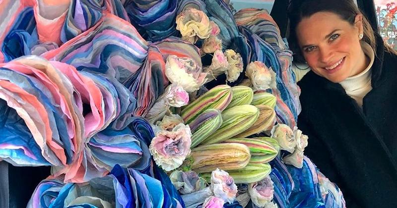 Cette artiste utilise du papier tissu pour créer de gigantesques bouquets de fleurs