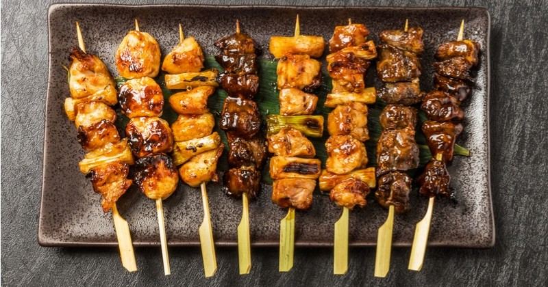 brochettes yakitoris boeuf fromage, boulettes de poulet et canard mariné