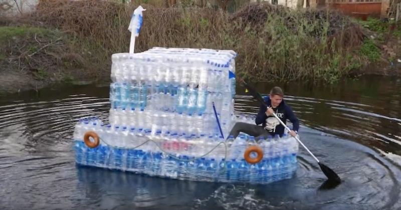 Ces deux frères Youtubeurs fabriquent un bateau avec des bouteilles en plastique