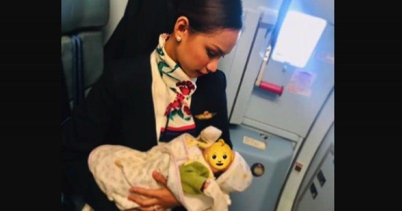 En plein vol, une hôtesse de l'air allaite le bébé affamé d'une passagère
