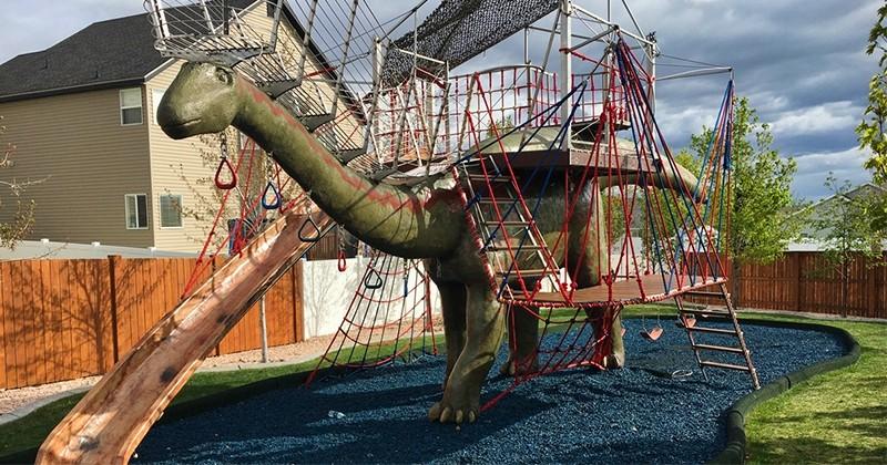 Une aire de jeux en forme d'un dinosaure construite par ce père de famille
