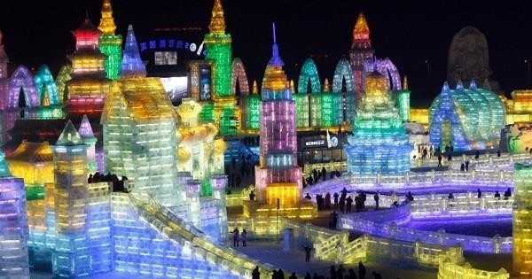Mieux que le château de la Reine des Neiges, découvrez cette mini-ville intégralement faite de glace à Harbin, en Chine : ou quand la réalité rattrape la fiction !