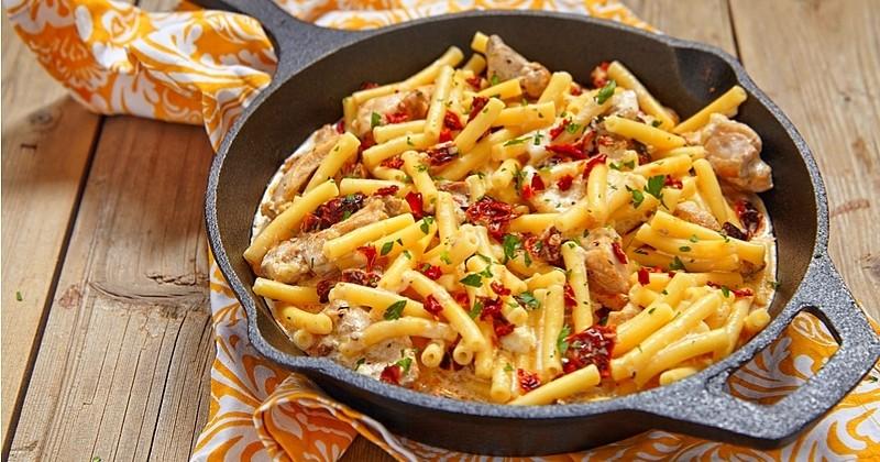 Succombez aux irrésistibles macaronis au poulet et tomates séchées!