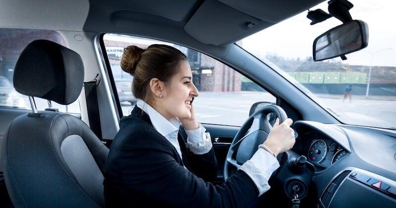 Téléphone au volant : le permis de conduire sera désormais automatiquement confisqué en cas d'infraction double