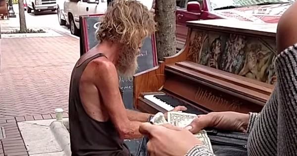 Ce que fait ce SDF avec un piano surprend tout le monde, vous n'allez pas en revenir !