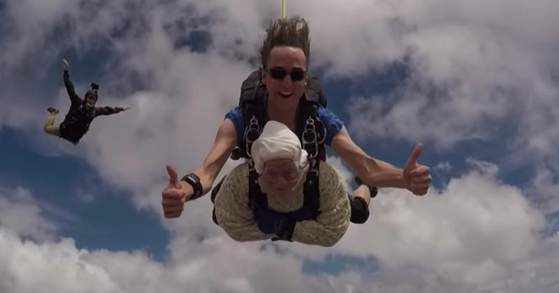 Âgée de 102 ans, une mamie australienne saute en parachute et bat un record incroyable