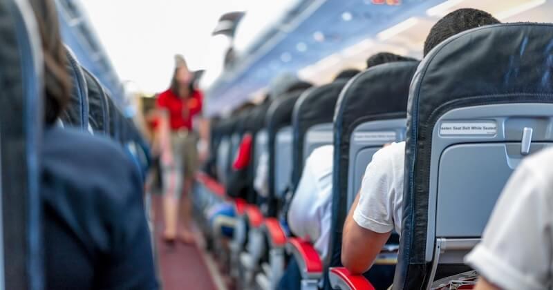 Il éternue à bord d'un avion, des passagers le soupçonnent d'avoir le coronavirus et demandent un atterrissage d'urgence