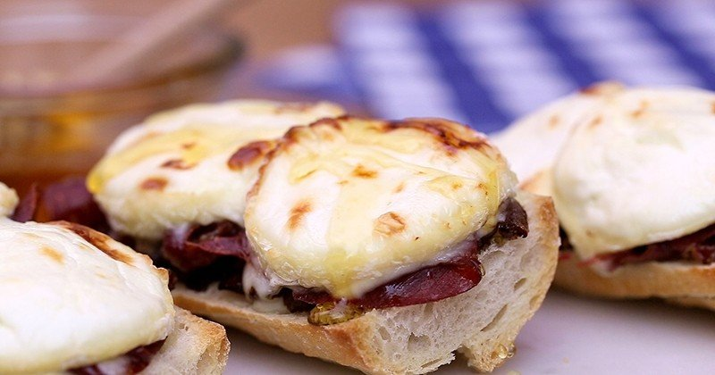 Pour l'apéro idéal, tentez la savoureuse tartine de Chabichou du Poitou AOP avec son chutney d'oignon, une recette proposée par les Fromages de chèvre