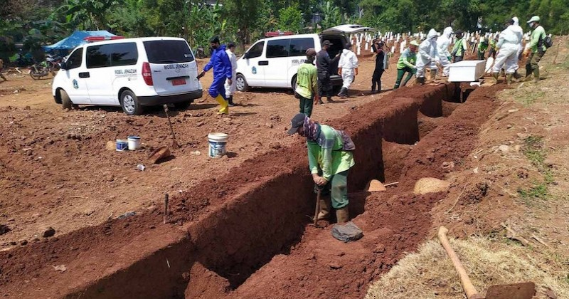 Indonésie : les anti-masques doivent creuser les tombes des personnes décédées du Covid-19