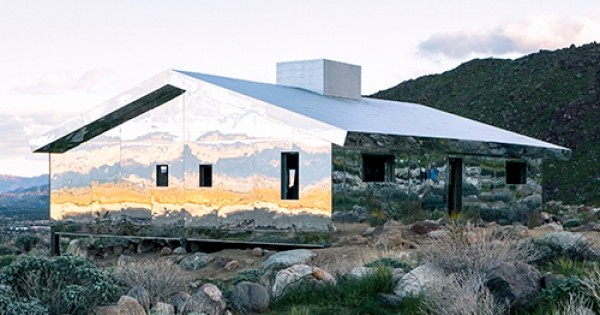 En plein cœur du désert californien, cet artiste construit une maison à partir de miroirs: une œuvre d'art originale et fascinante