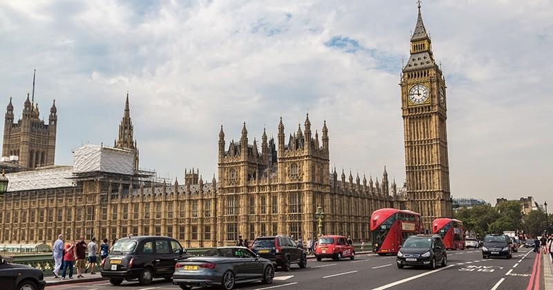 Le Royaume-Uni annonce l'interdiction de la vente des véhicules à essence et diesel d'ici 2040