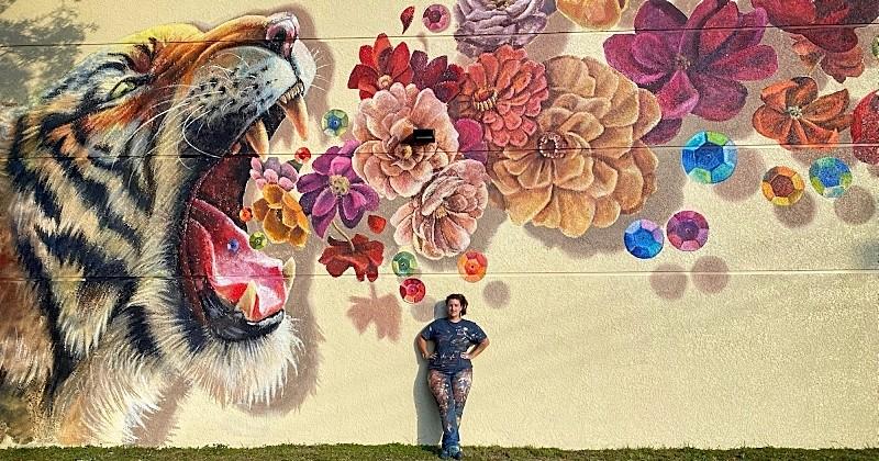 Cette artiste réalise une magnifique fresque mettant en scène un tigre qui rugît des fleurs