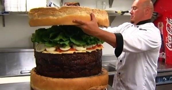 ce burger est le plus gros burger de l 39 histoire vous allez halluciner quand vous d couvrirez. Black Bedroom Furniture Sets. Home Design Ideas