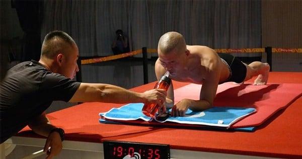Il bat le record du monde de gainage en tenant plus de 8 heures... Retour sur un exploit exceptionnel !
