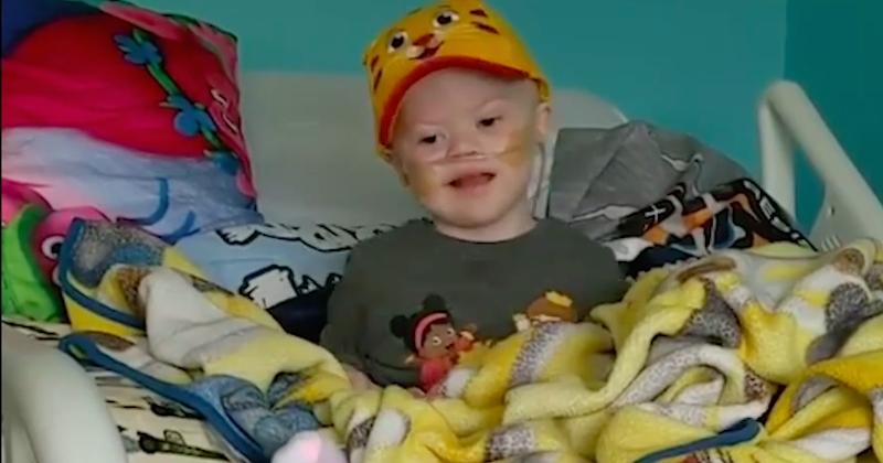 Un petit garçon courageux atteint de trisomie 21 se bat contre une leucémie