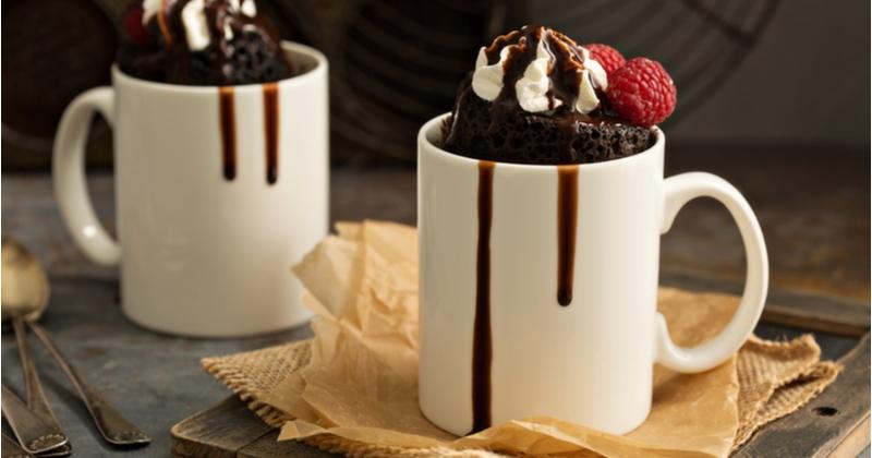 Une envie pressante de chocolat? Optez pour le mug cake chocolat prêt en 1 minute!
