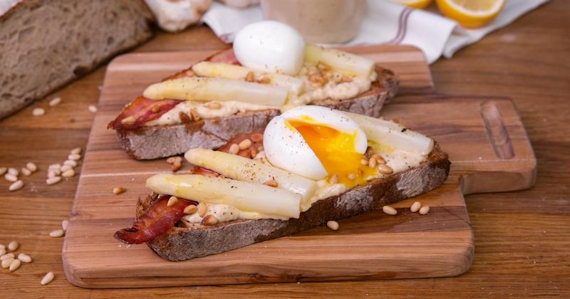 Découvrez la croustillante et très originale tartine au houmous d'asperges des sables des landes igp, œuf mollet et lard!