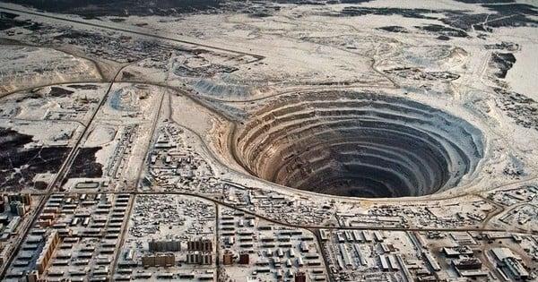 1200 mètres de profondeur : la mine de Mir, en Russie, est l'une des plus grandes mines du monde creusées par l'homme! Les photos sont vertigineuses !