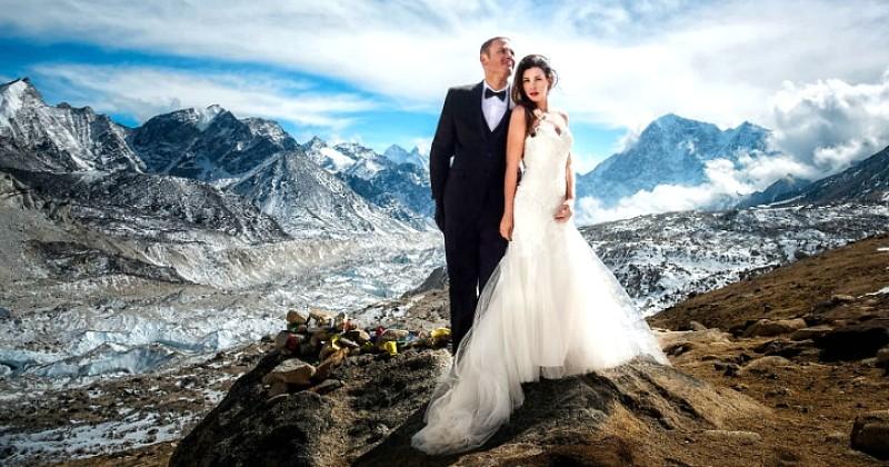 Ce couple a escaladé l'Everest pendant 3 semaines pour se marier au sommet, et les photos sont sublimes