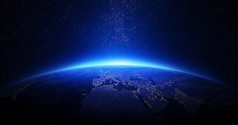 Venu des confins de l'espace, un mystérieux signal radio, qui revient de manière régulière, intrigue les scientifiques