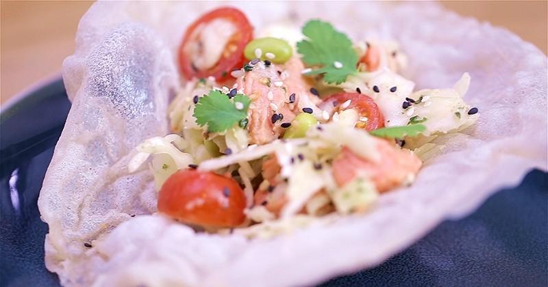 Innovez avec la salade saumon et chou à l'asiatique Bonduelle servie dans une feuille de riz!