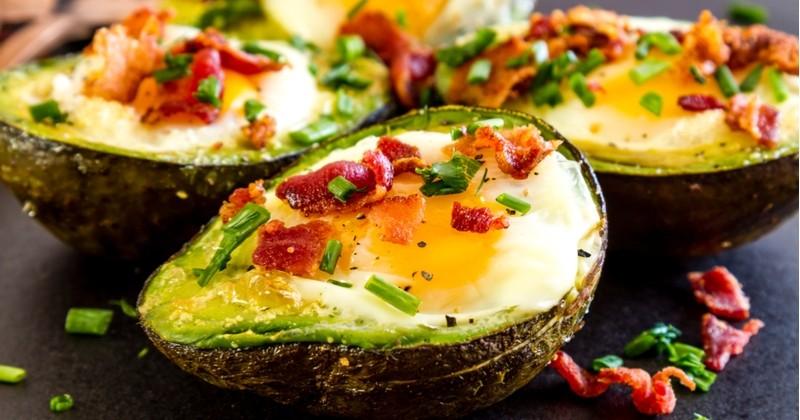 L'avocat à l'œuf et au bacon grillé, une recette gourmande et super facile!