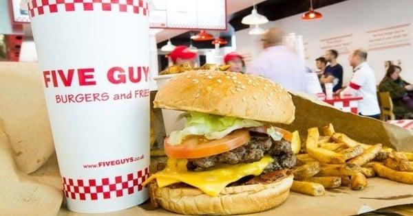 1200 m2, 300 places, 5 étages consacrés au burger : le plus grand Five Guys du monde vient tout juste d'ouvrir... en France, sur les Champs-Elysées ! On y va quand ?
