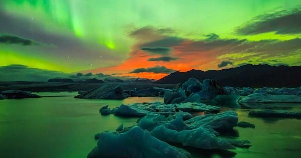Il réussit la photographie de l'année en immortalisant une éruption volcanique accompagnée d'aurores boréales, en Islande