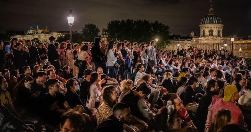Des milliers de personnes réunies à Paris pour le feu d'artifice du 14 juillet, malgré les interdictions et les appels à rester chez soi