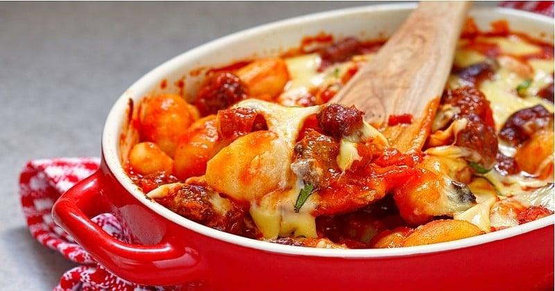 Un gratin de gnocchi au fromage et à la saucisse ? Rien de plus facile !