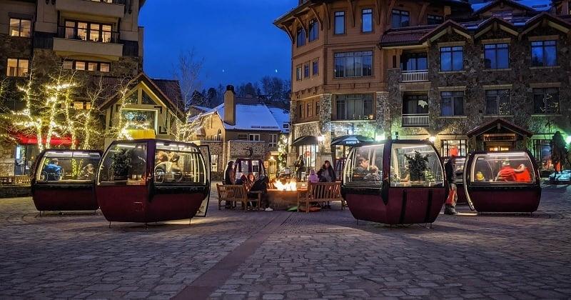 Des cabines de ski sont utilisées comme espaces privés pour déjeuner dans les restaurants en temps de Covid-19
