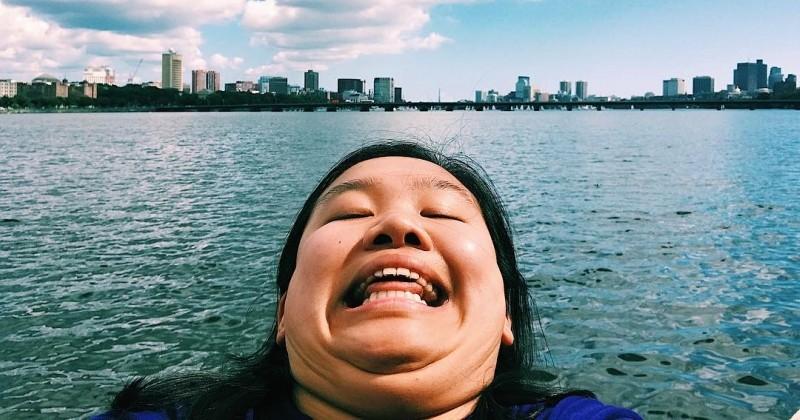 Elle voyage aux quatre coins du monde et crée le buzz sur Instagram grâce à sa pose géniale
