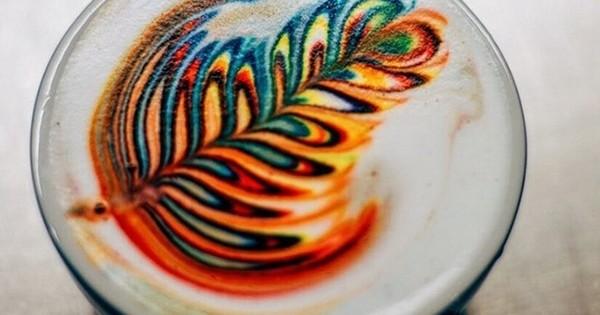 Ce barista réalise des cafés latte... arc-en- ciel! Découvrez le secret de cette invention complètement dingue!