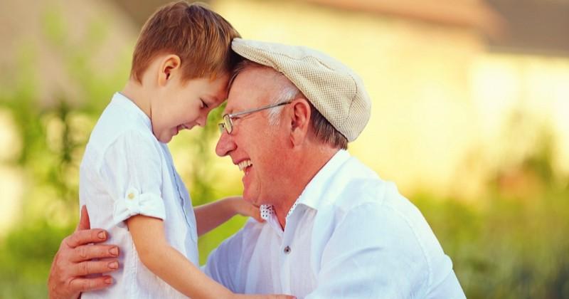 Il sauve la vie de son petit-fils après lui avoir fait un... câlin