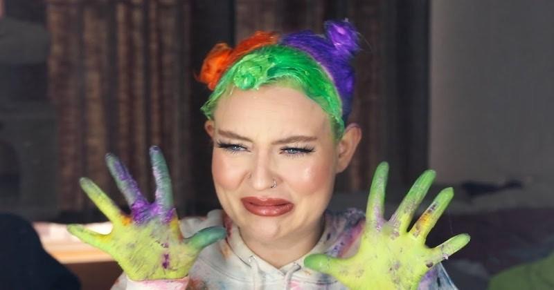 La youtubeuse Naomi Jon s'est fait teindre les cheveux aux couleurs d'Halloween !