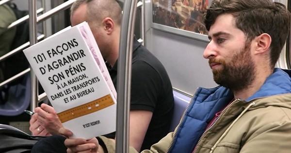 il lit des livres tr s embarrassants dans le m tro et la r action des passagers est mourir de. Black Bedroom Furniture Sets. Home Design Ideas